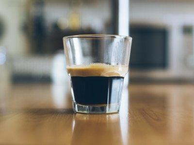 Caffè al vetro o in tazza? Ecco che cosa cambia
